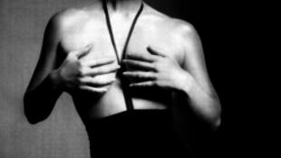 Ledobta ruháit a vadóc biszexuális sztár