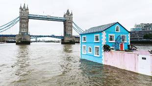 Egy komplett családi ház úszik a folyón