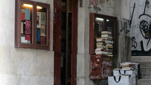 Turistacsalogató az apró könyvesbolt