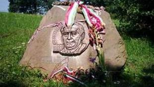 Megrongálták Wass Albert író síremlékét