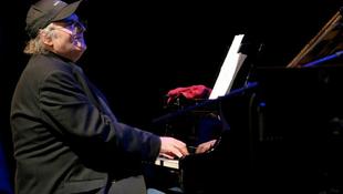 Jótékonysági koncertet ad Szakcsi Lakatos Béla