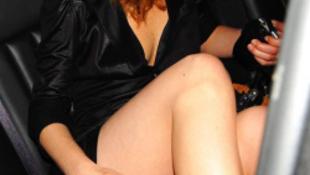 A brutál szexi színésznő bugyit villantott