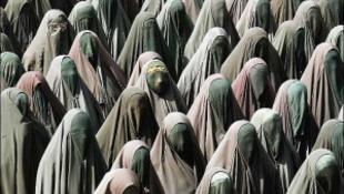 Mától tilos a burkaviselés a franciáknál
