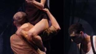 Sétapálcát fog a törékeny táncművésznő