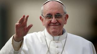 Ajándékokkal lepte meg a hívőket Ferenc pápa