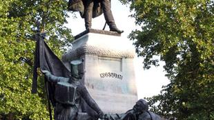 Összegyűjtik az összes hazai Kossuth-szobor fényképét
