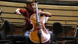 15 éves fiú képviseli hazánkat a neves zenei megmérettetésen
