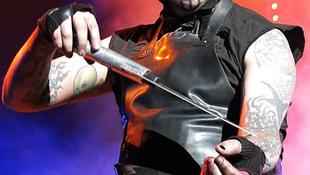 Manson a koncertjén imitált öngyilkosságot