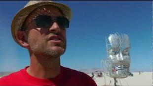 Robot kacsint ránk a sivatagban