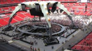 Körbekerítették a U2-t