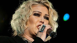 Óriási siker az énekesnő részeg videója