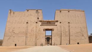 Érintetlen múmiát találtak egy 5500 éves egyiptomi sírban