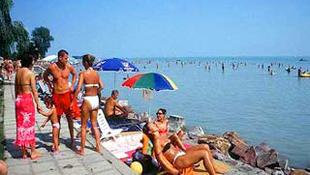 Nyolc balatoni strandon dúl majd a Víz-party