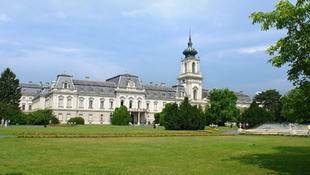 Vandálok dézsmálják a Festetics-kastély parkját