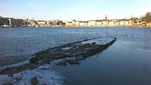 Hajóroncsok bukkantak fel a vízben