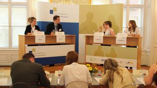 Magyarok vitáznak a világ ifjúságával
