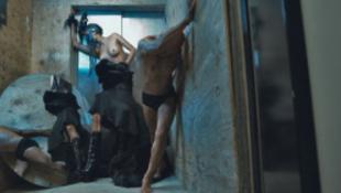 Nyilvánosak Bruce Willisék szadista nászutasfotói