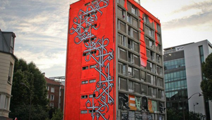 Graffiti költözött a panelházba