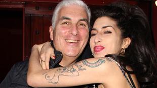 Lányának énekel Mitch Winehouse