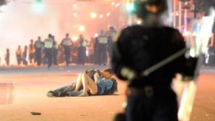 Kiderült az elvadult tüntetésen csókolózó pár kiléte