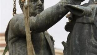 Köztéri diktátor-szobor az Európai Unióban