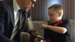 Videó: elképesztő ajándékot kapott a beteg kisfiú