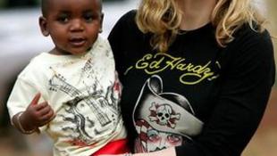 A hatóságok szerint  túl züllött a sztár egy újabb gyermek örökbefogadásához