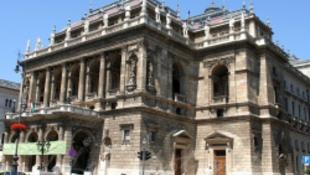 Kétszáz embert rúgnak ki az Operából