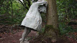 Zokogó kislányok a fák között
