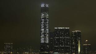 Pulzáló felhőkarcoló Hong Kongban