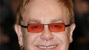 Itt a vég: Elton John gyereket akar