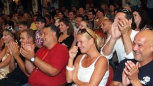 Pénzükért tüntetnek a Pécsi Nemzeti Színház dolgozói