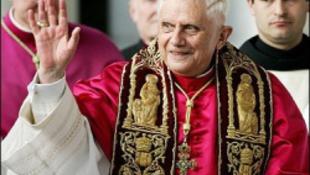 Már webkamerán kukkolhatjuk a nyaraló pápát – Itt!