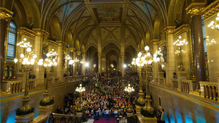 Gyerekek tömege lepte el a Parlamentet