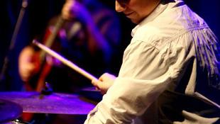 Világsztárokkal turnézik a 15 éves magyar dobvirtuóz