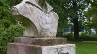 Nem volt kommunista, visszaállítják a szobrot