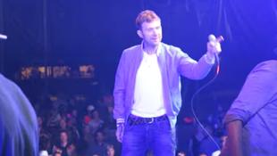 Videó: lerángatták a színpadról az énekest!