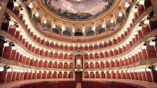 Elbocsátották a római operaház zenekarát és kórusát