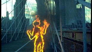 Lángoló ember rohant át a hídon