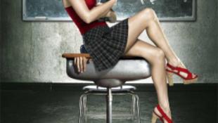Fotó! A legdögösebb nő szexi diáklány-szerelésben