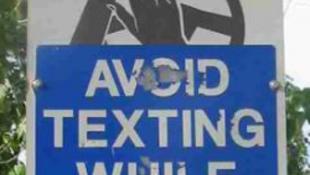 Egyáltalán hogy lehet vezetés közben sms-ezni?!