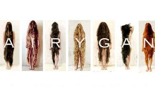 Ezek a nők ruha helyett a hajukat viselik