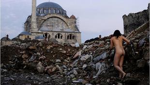 Meztelen lány bujkált a templom mögött