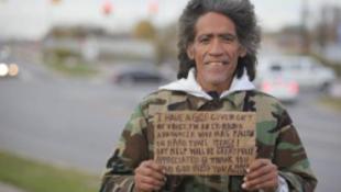 Az aranytorkú hajléktalan története folytatódik