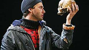 A művész saját koponyáját ajánlotta fel a színdarabhoz