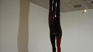 Gumitestű ember mászott be a galériába