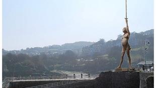 Tovább gyűrűzik a botrány Hirst terhes szobra körül