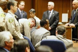 Murray-t megbilincselik az ítélethirdetés után. (Fotó: latimes.com)