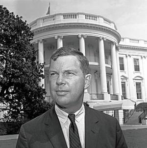 Tom Wicker a Fehér Ház előtt (fotó: post-gazette.com)