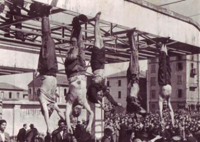 Benito Mussolini (balról a második), Carla Petacchi (középen) és kísérete Milánóban.